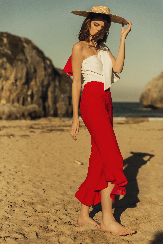 pantalon rojo con volante top blanco y pamela