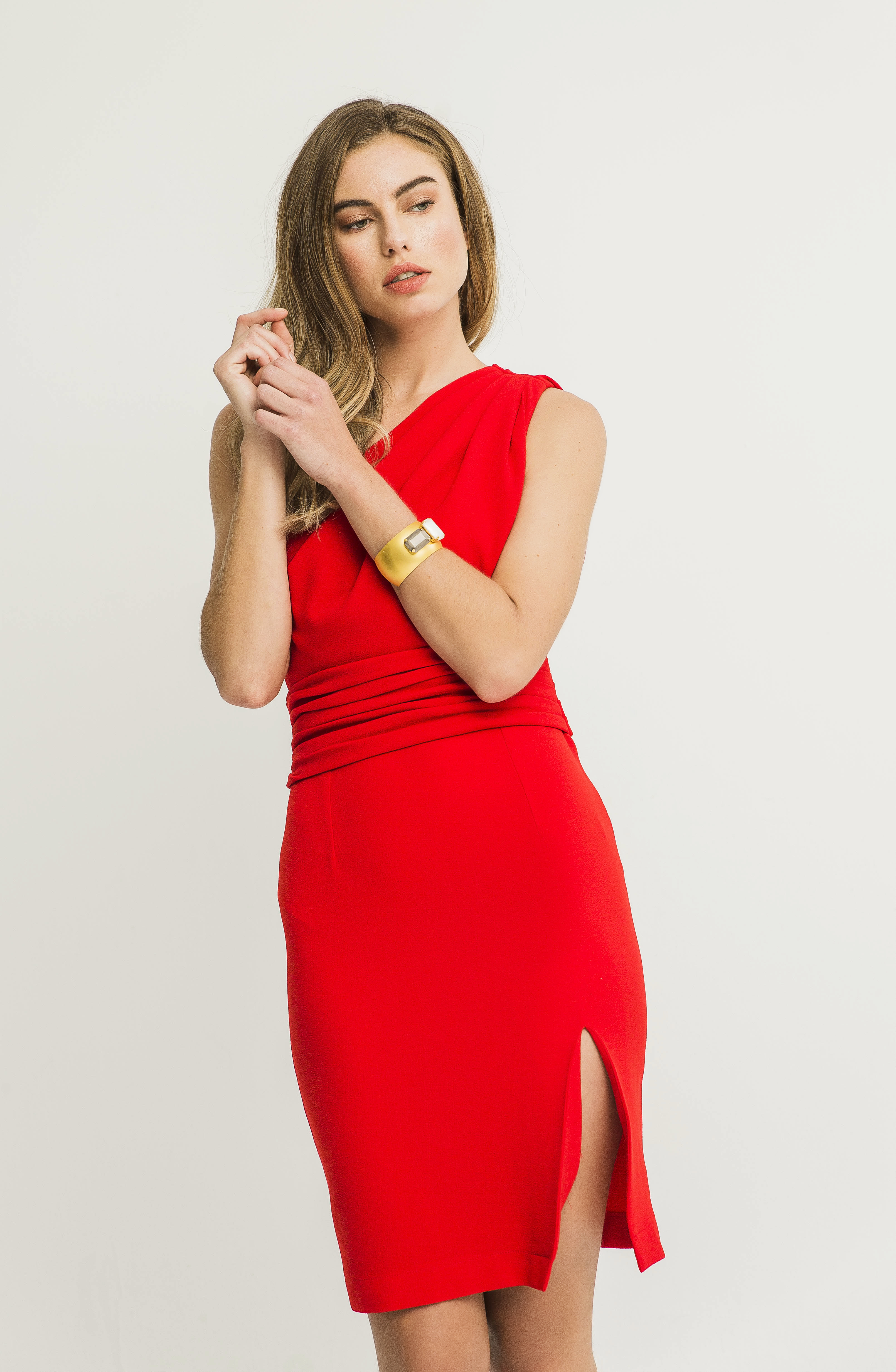 vestido rojo corto asimetrico drapeado rodeno