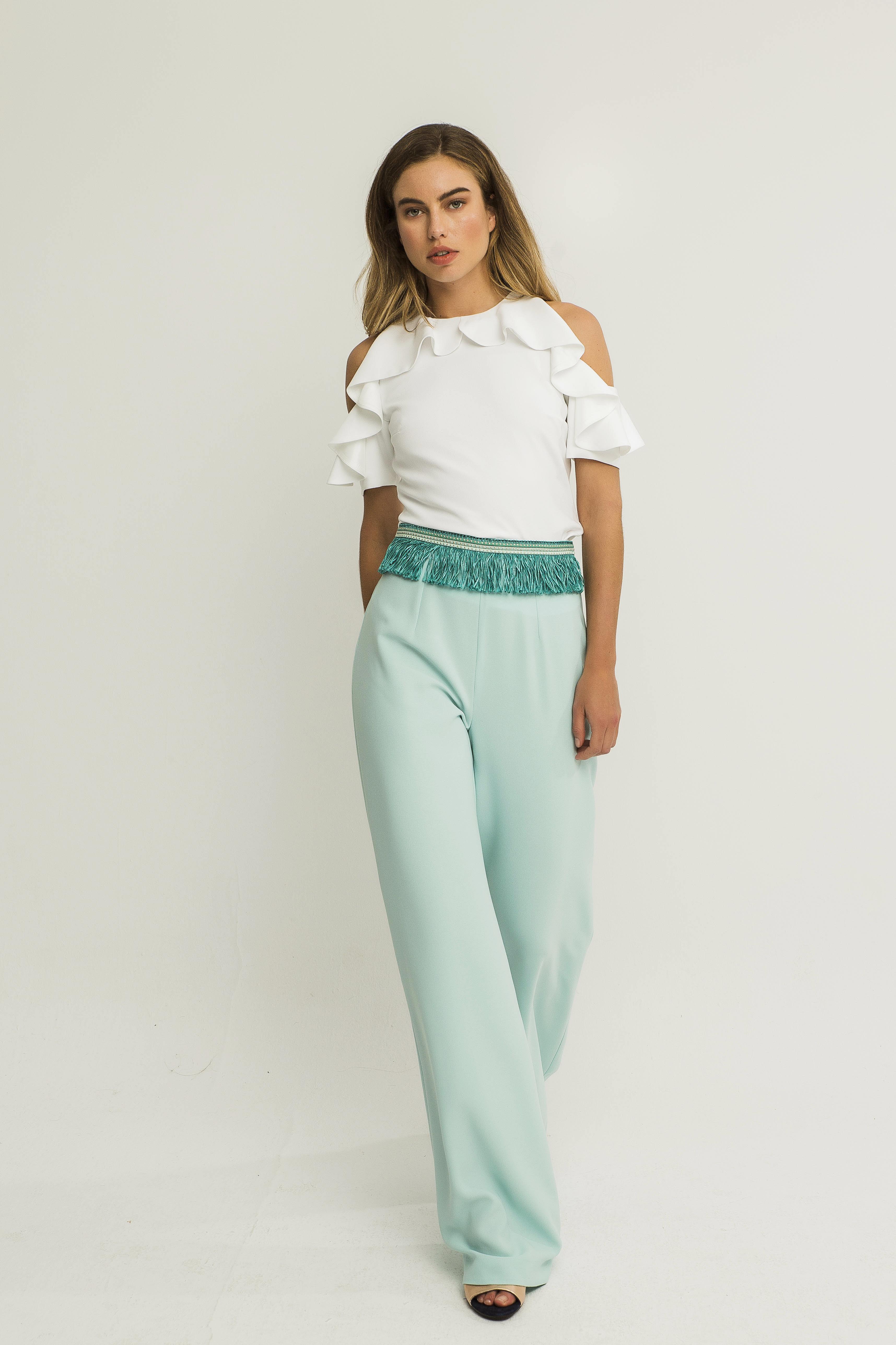 pantalon bengala azul con blusa blanca con volantes apparentia