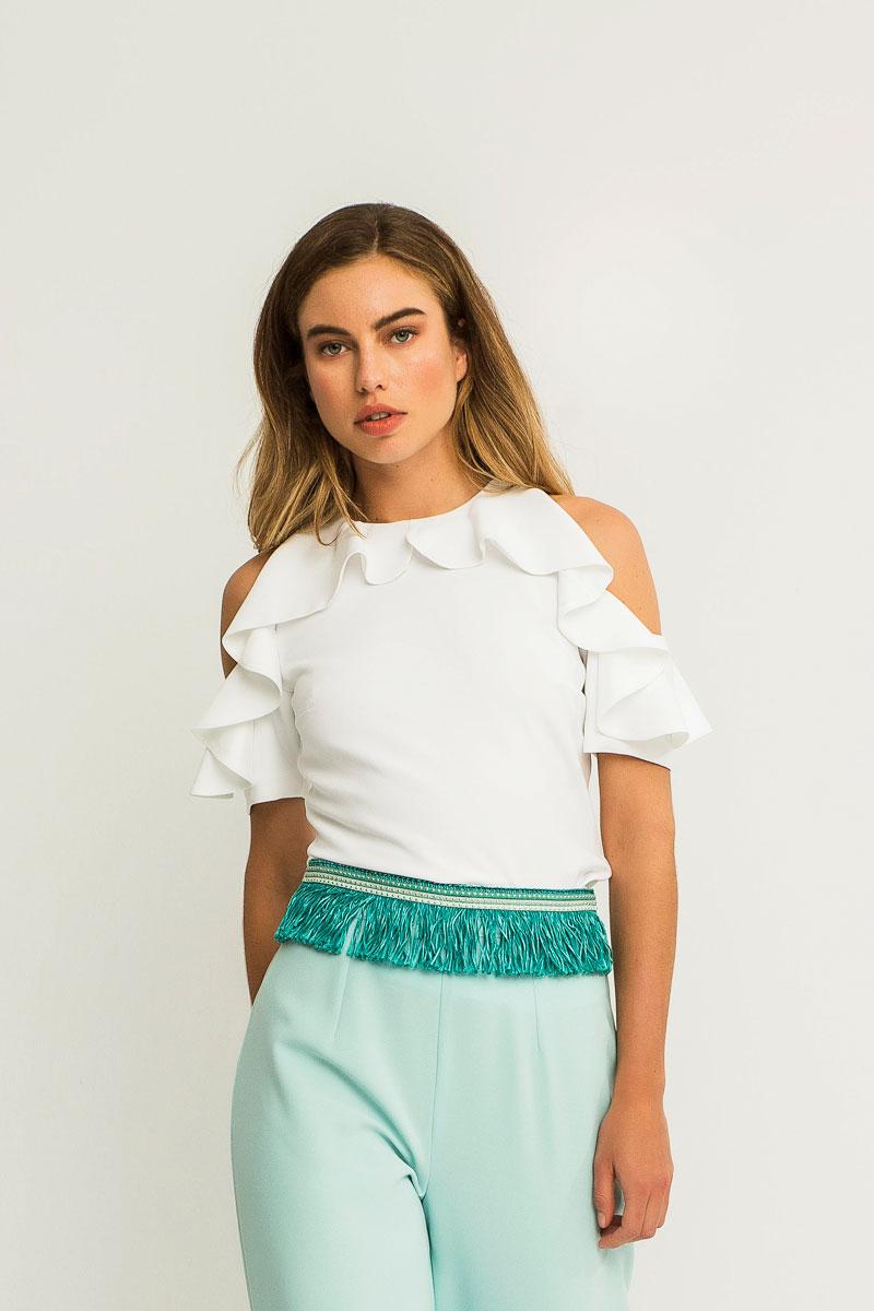 blusa blanca con hombros descubiertos y volantes en mangas para invitadas apparentia
