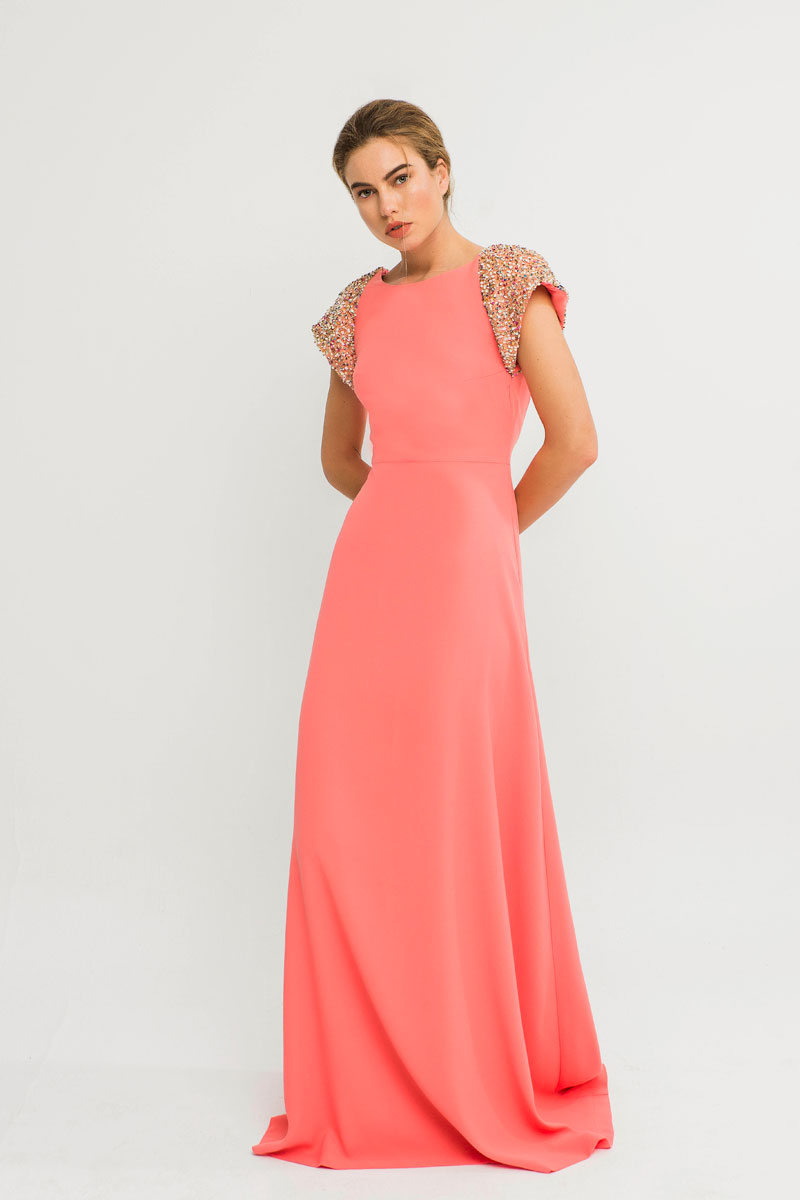 vestido briza con escote pico y hombreras lentejuelas color coral