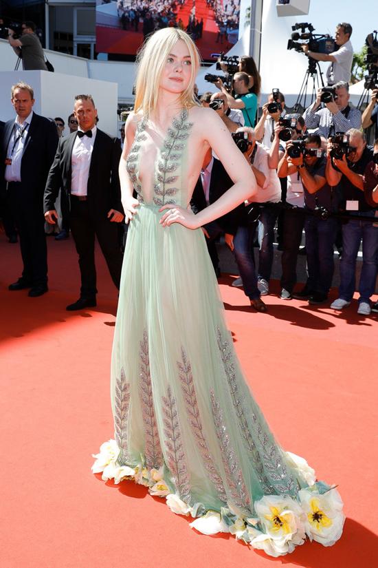 f2c9c2f624 Repite en la lista la sorpresa más agradable de Cannes 2017. Elle dejó a  todo el mundo sin palabras con un majestuoso vestido blanco de Vivienne  Westwood