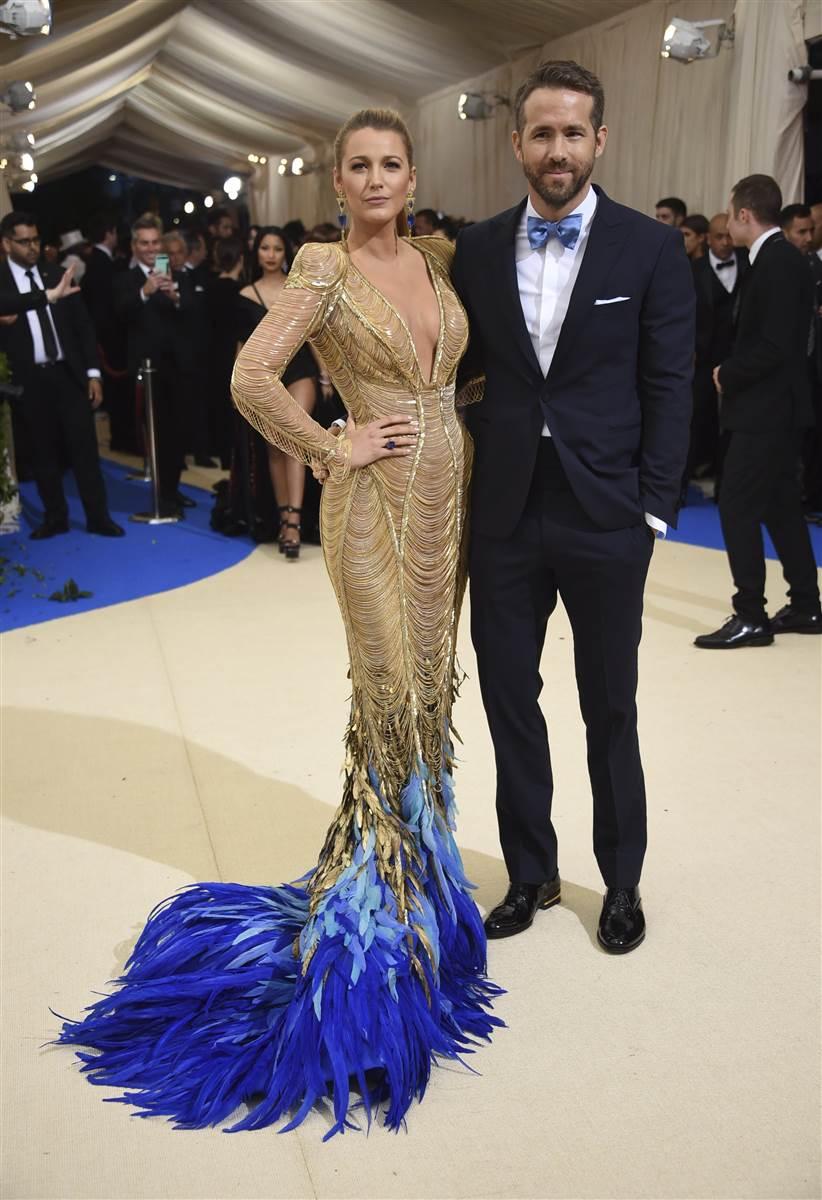 vestido largo golden blake lively plumas azules apparentia