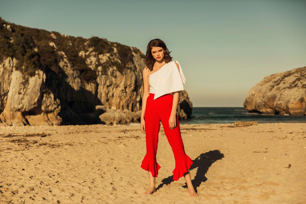 pantalon rojo con volante y top blanco jade con lazada apparentia