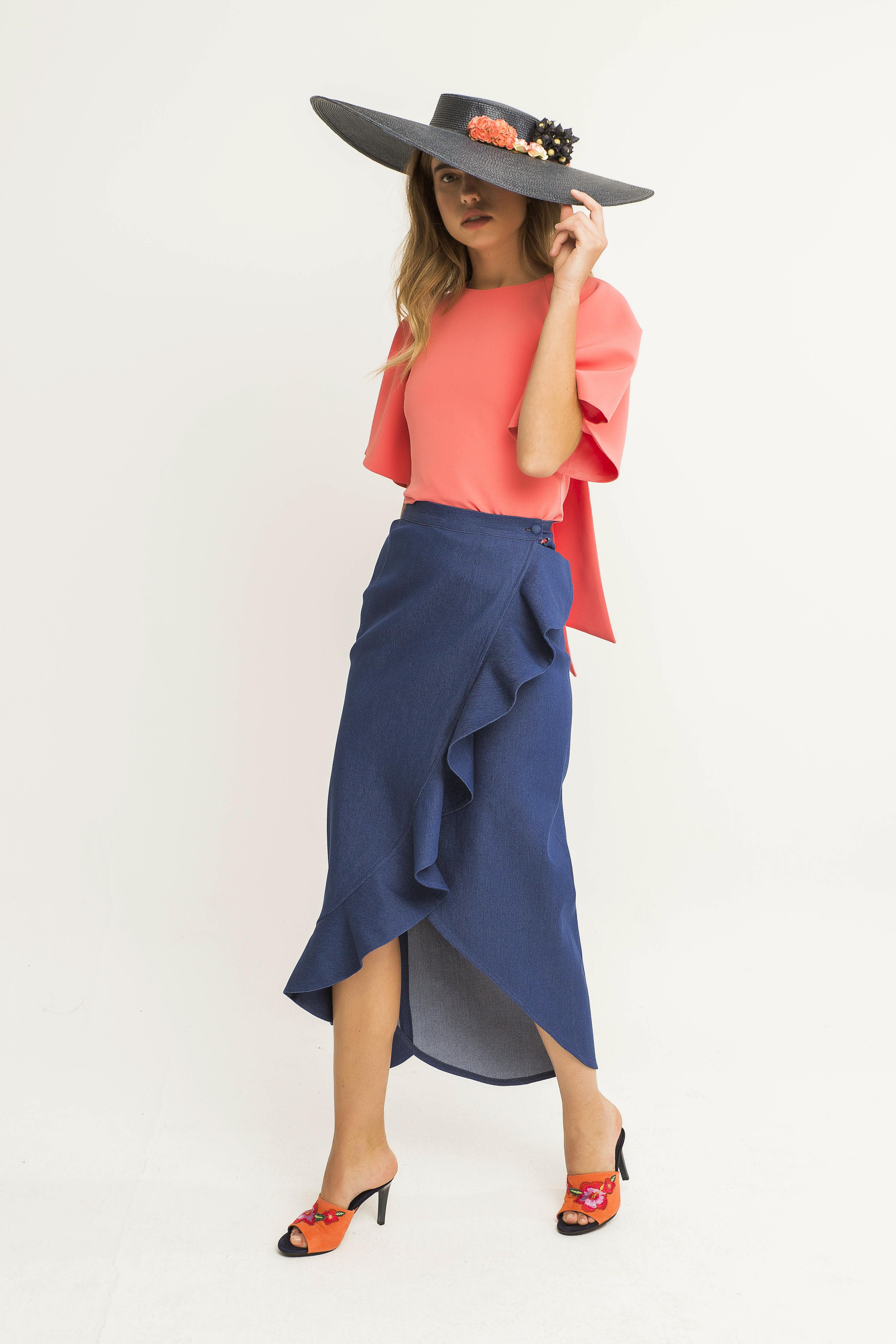 look falda vaquera asimetrica lilit blusca coral y pamela negra
