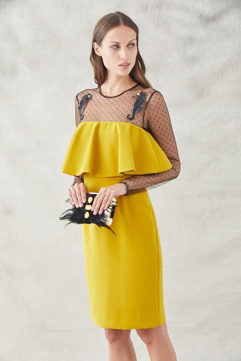vestido corto mostaza con plumeti y bordados caballitos de mar amalia de apparentia
