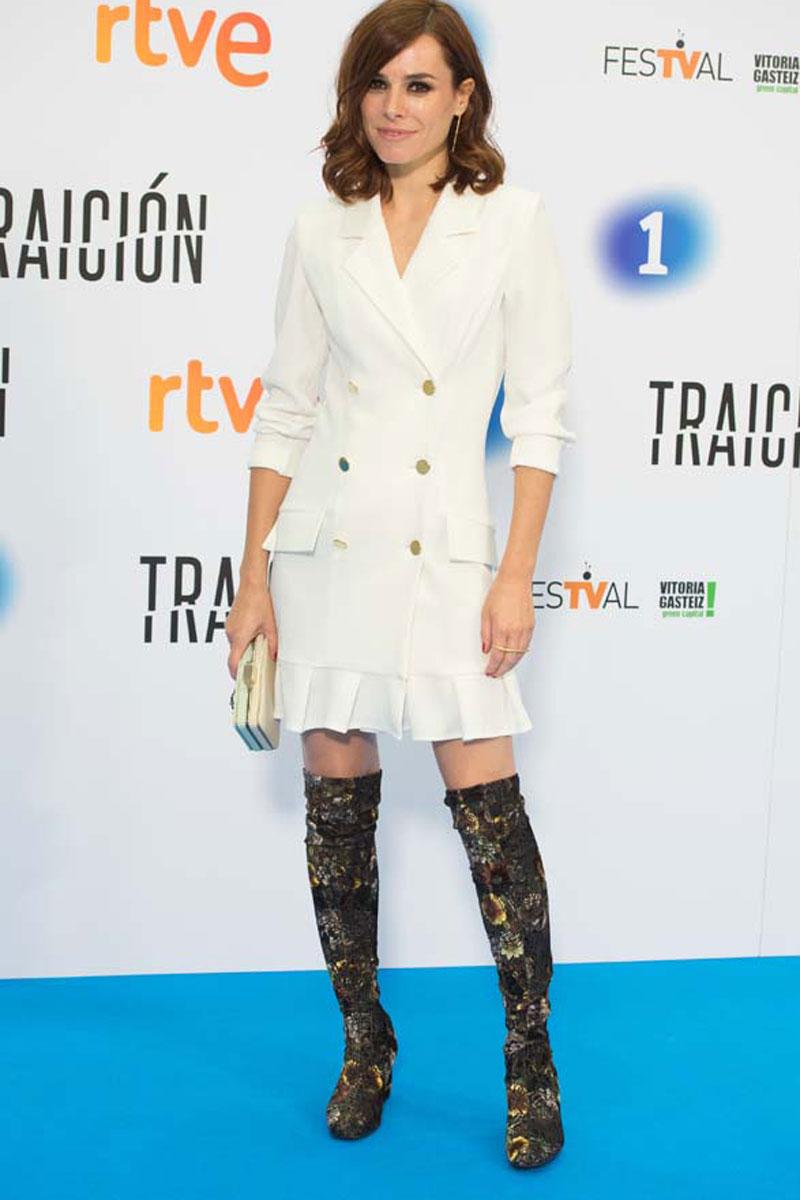 actriz maestre con vestido esmoquin blanco de apparentia en  festval vitoria