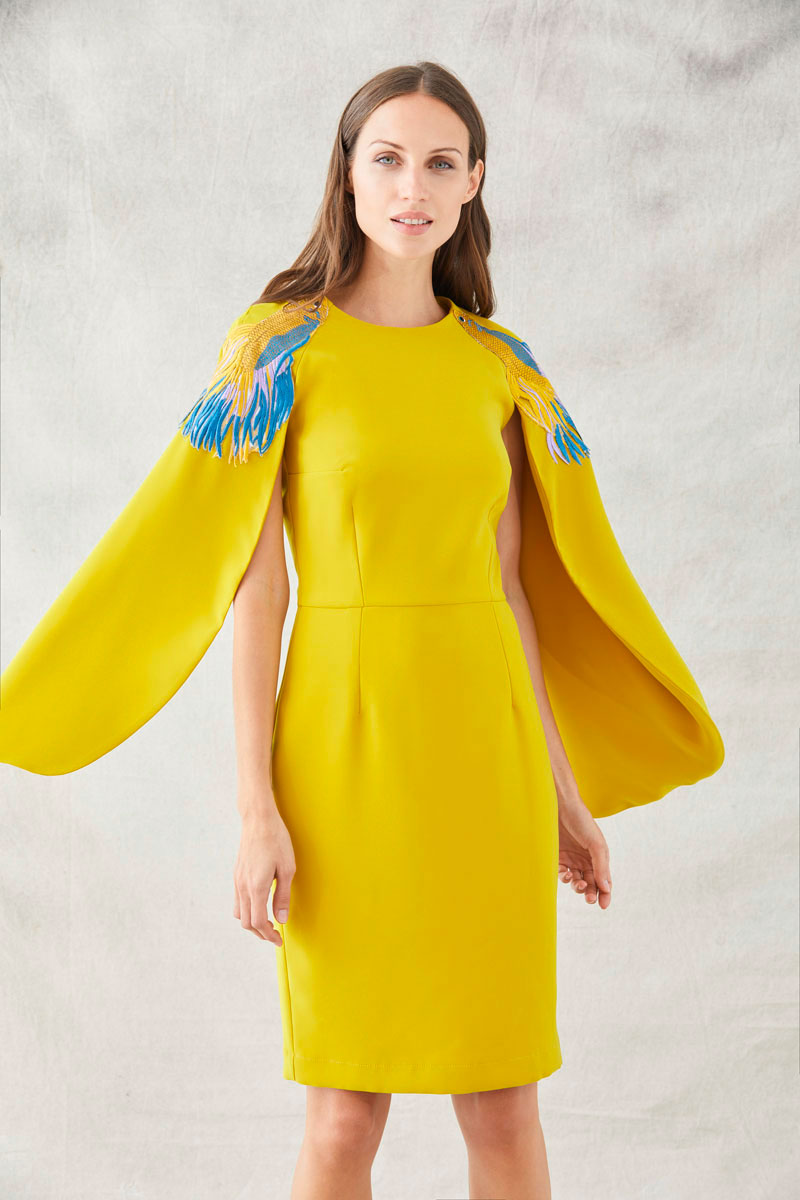 vestido mostaza mangas capa bordados peces de apparentia