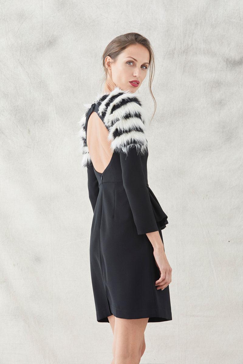 vestido corto escote espalda pelo hombros con peplum adelaide