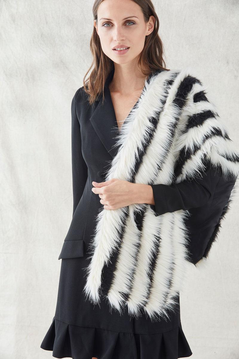 estola blanca y negra para vestido corto esmoquin negro de apparentia