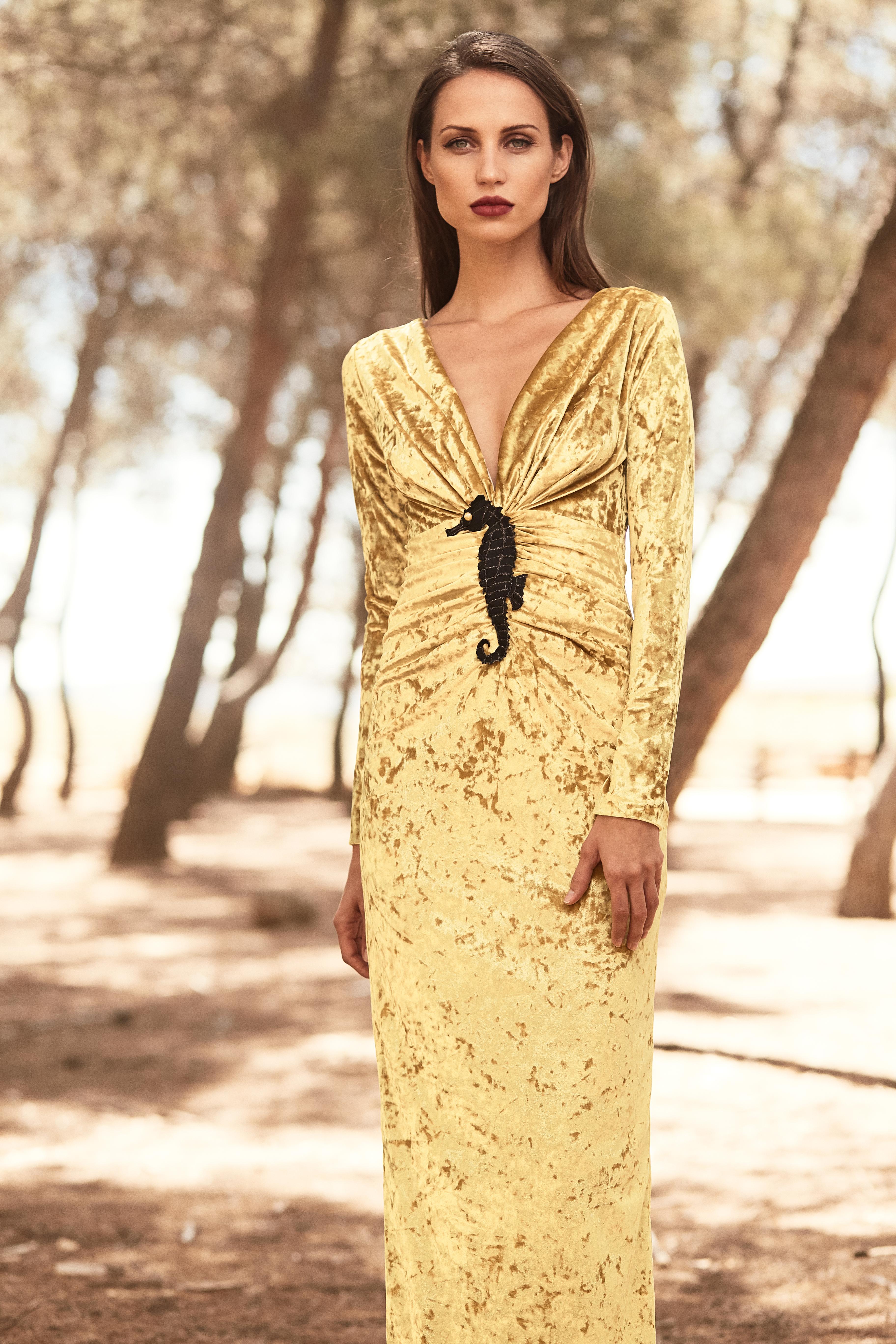 vestido largo drapeado terciopelo mostaza de apparentia
