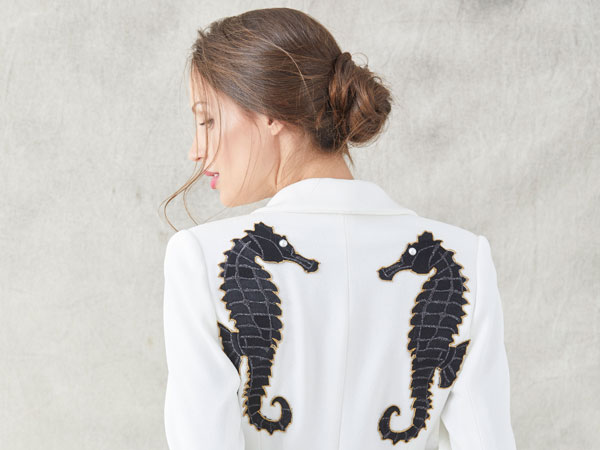 traje blanco con bordados de caballitos de mar de apparentia