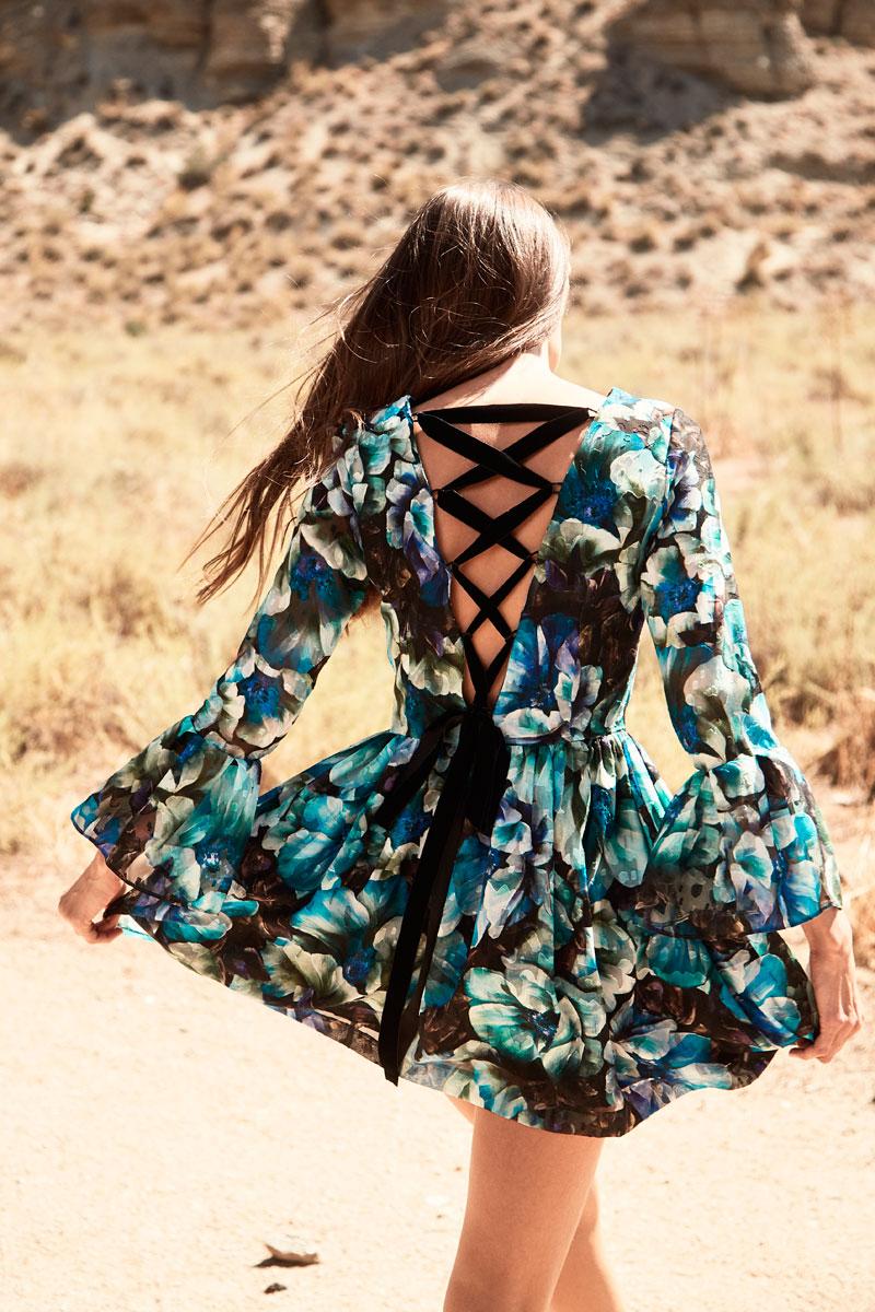 vestido corto de vuelo estampado  espalda al aire de apparentia