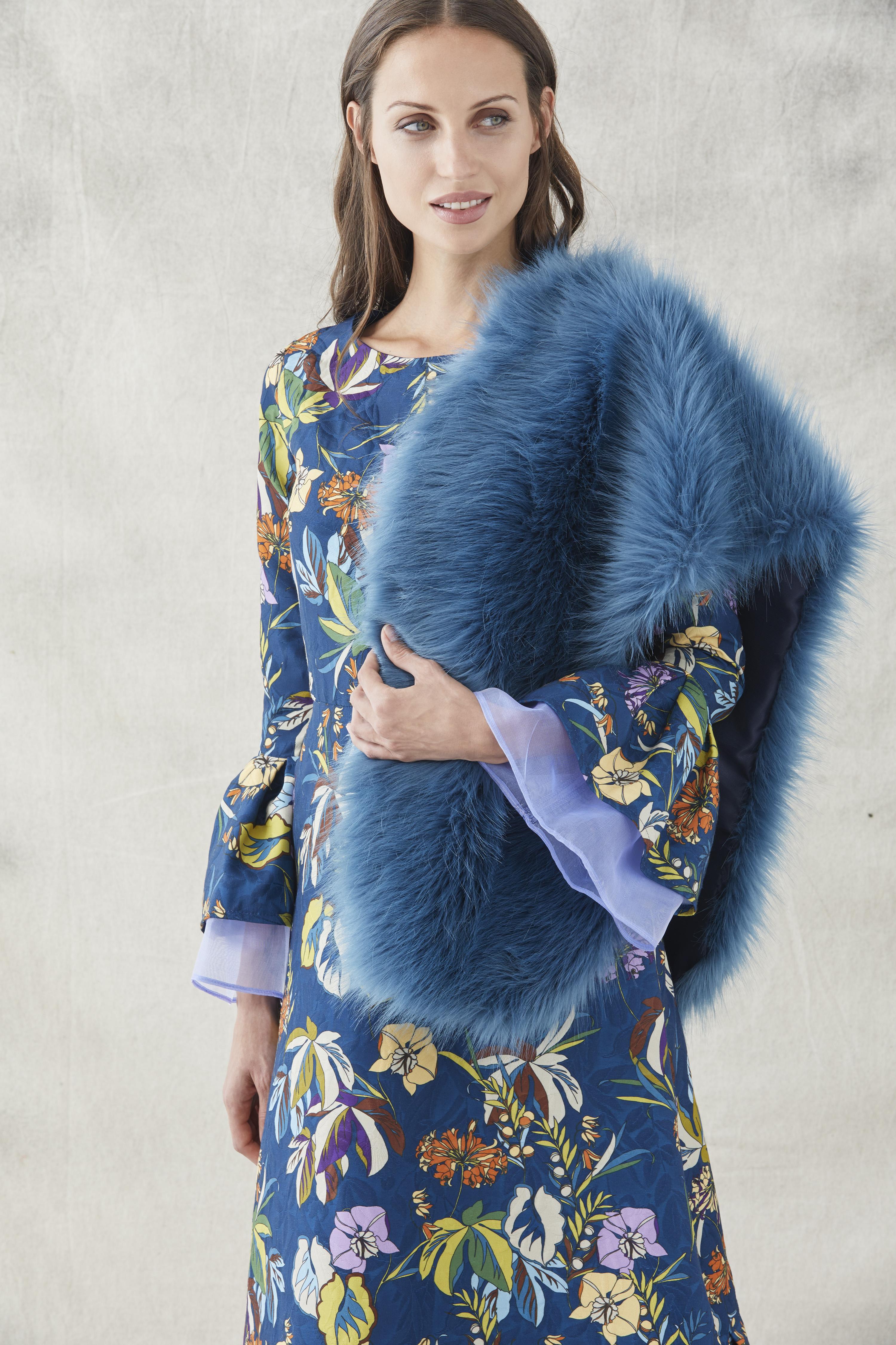 estola de pelo azul con vestido jacquard de apparentia
