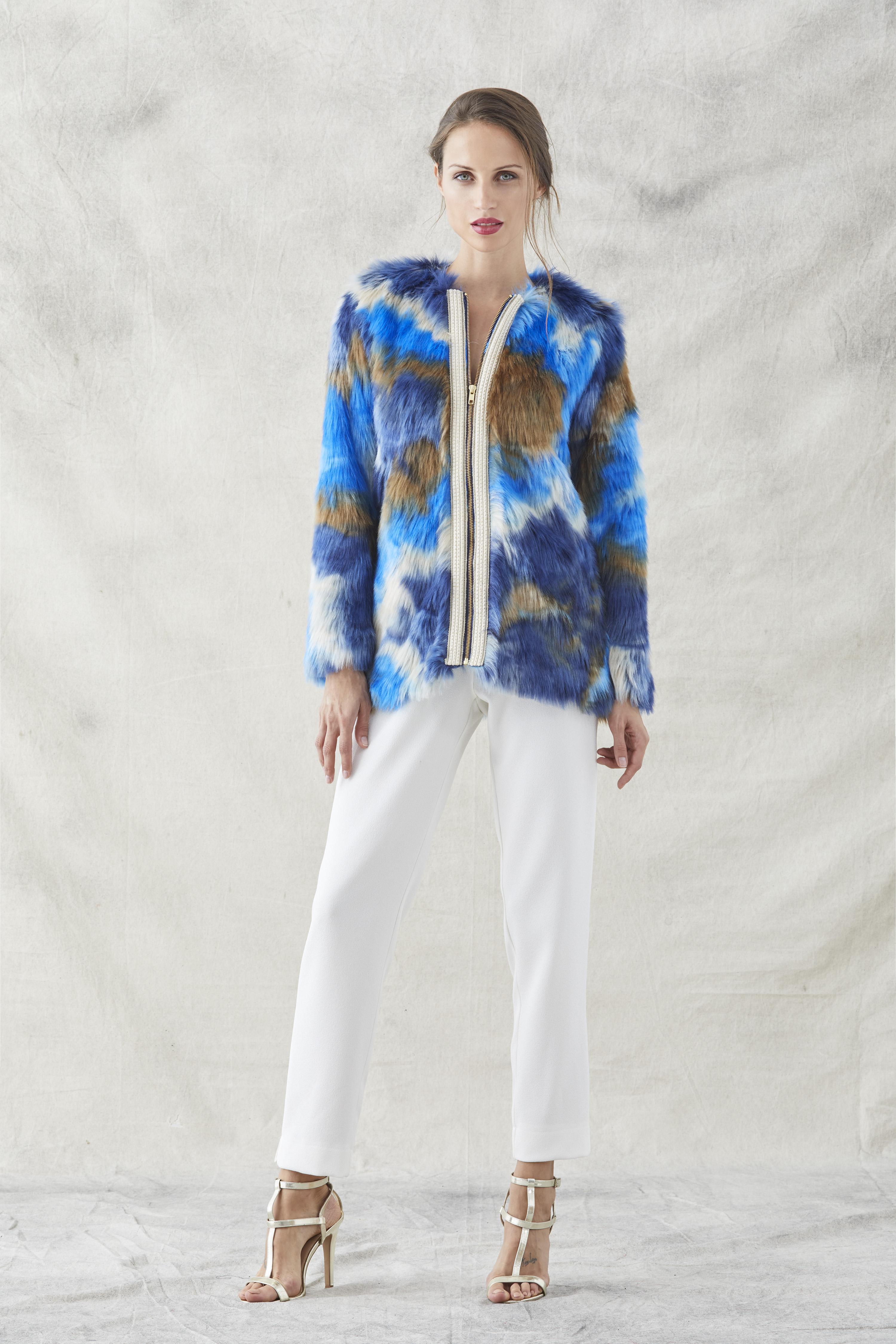 abrigo de pelo azul y marron con pasamaneria de apparentia
