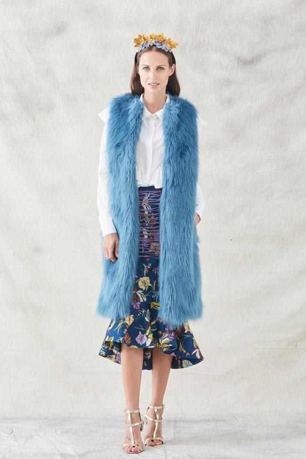 chaleco ethel azul de pelo sintetico con falda estampada jacquard y blusa blanca