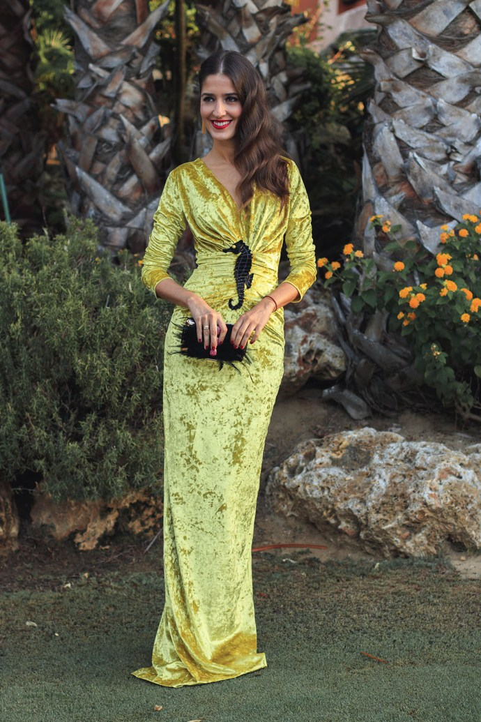 vestido largo terciopelo mostaza ophelia de apparentia con bordado caballito de mar
