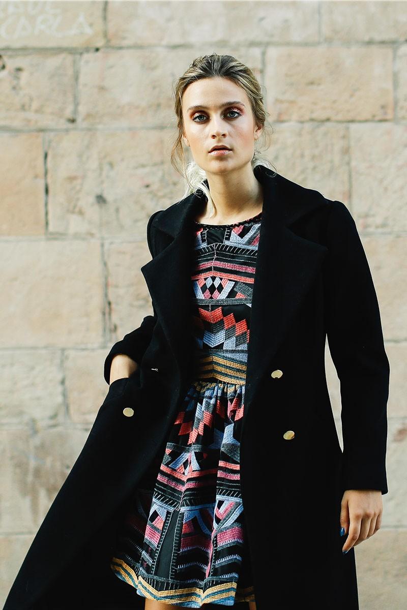 abrigo negro largo con botones dorados de apparentia rebajas