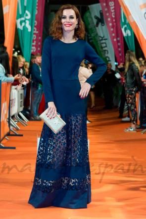 actriz begona maestre con vestido largo nora de neopreno azul con estrellas de apparentia