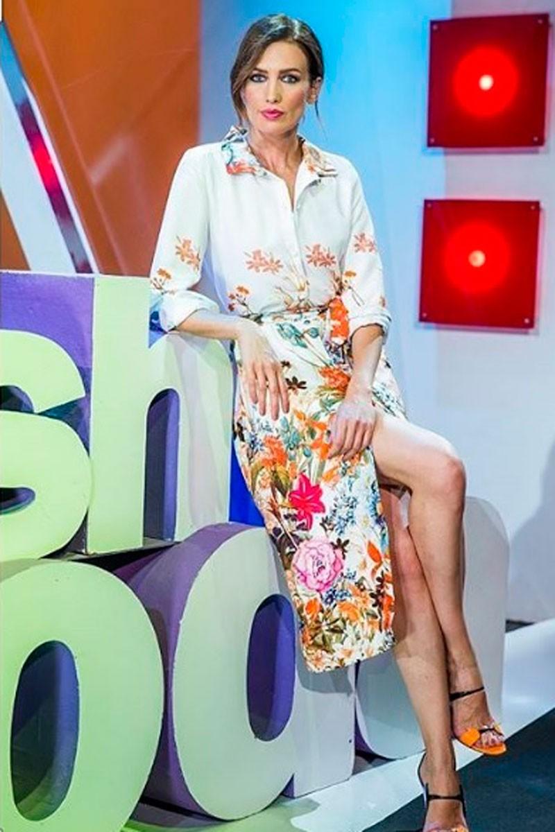 presentadora nieves alvarez de flash moda con vestido midi camisero estampado de apparentia