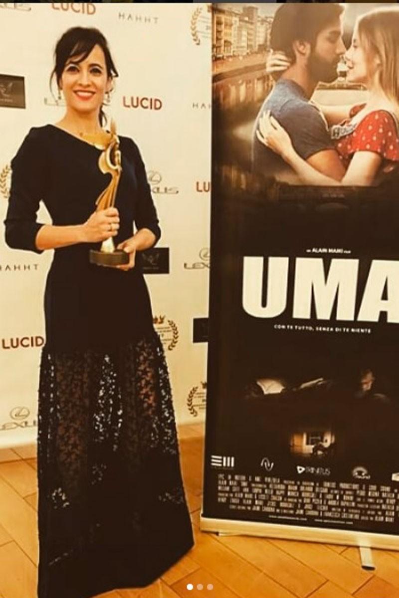 la actriz ana turpin con vestido largo de neopreno azul con transparencias y estrellas festival internacional de monaco