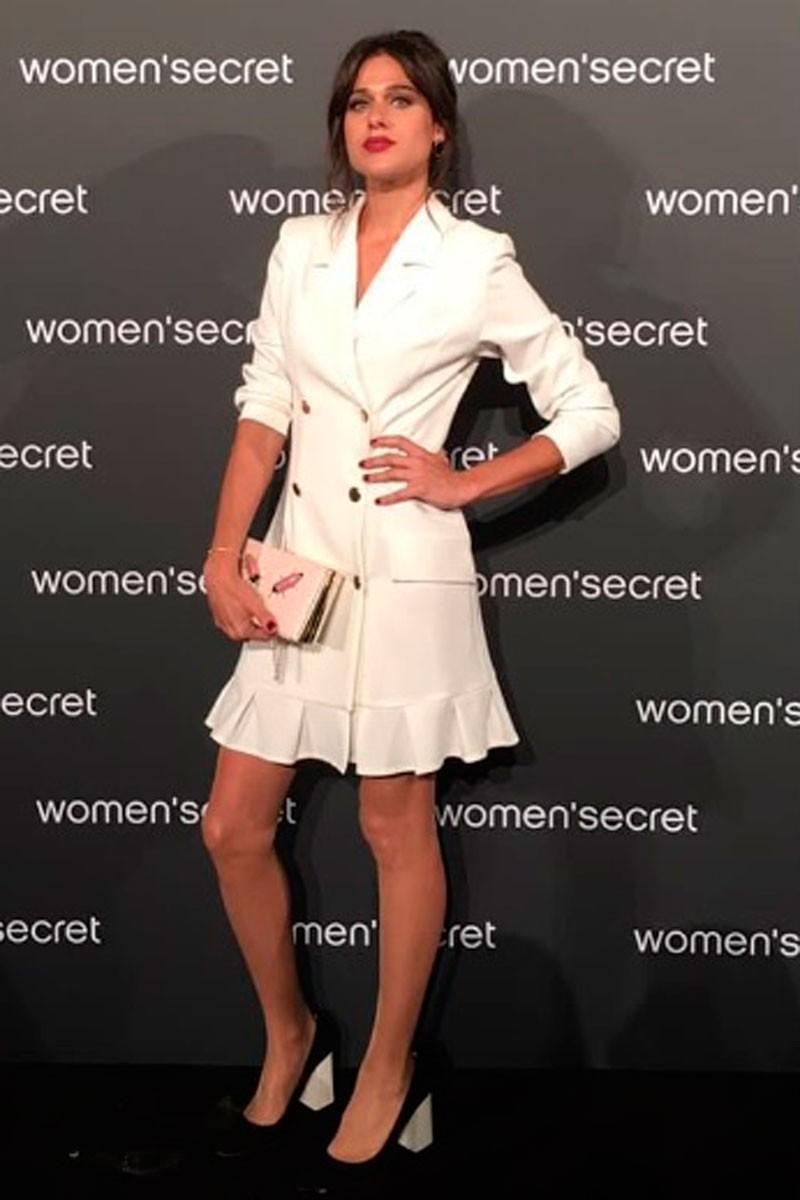la actriz iris lezcano con vestido blanco esmoquin blanco harriet de apparentia