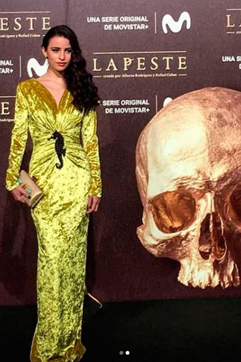 la actriz lupe junco presentacion serie la peste con vestido largo terciopelo mostaza ophelia de apparentia