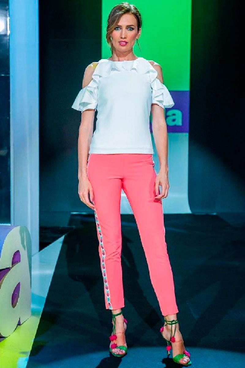 la actriz y presentadora nieves alvarez con pantalon pitillo coral venus y blusa brisa blanca de apparentia en flash moda