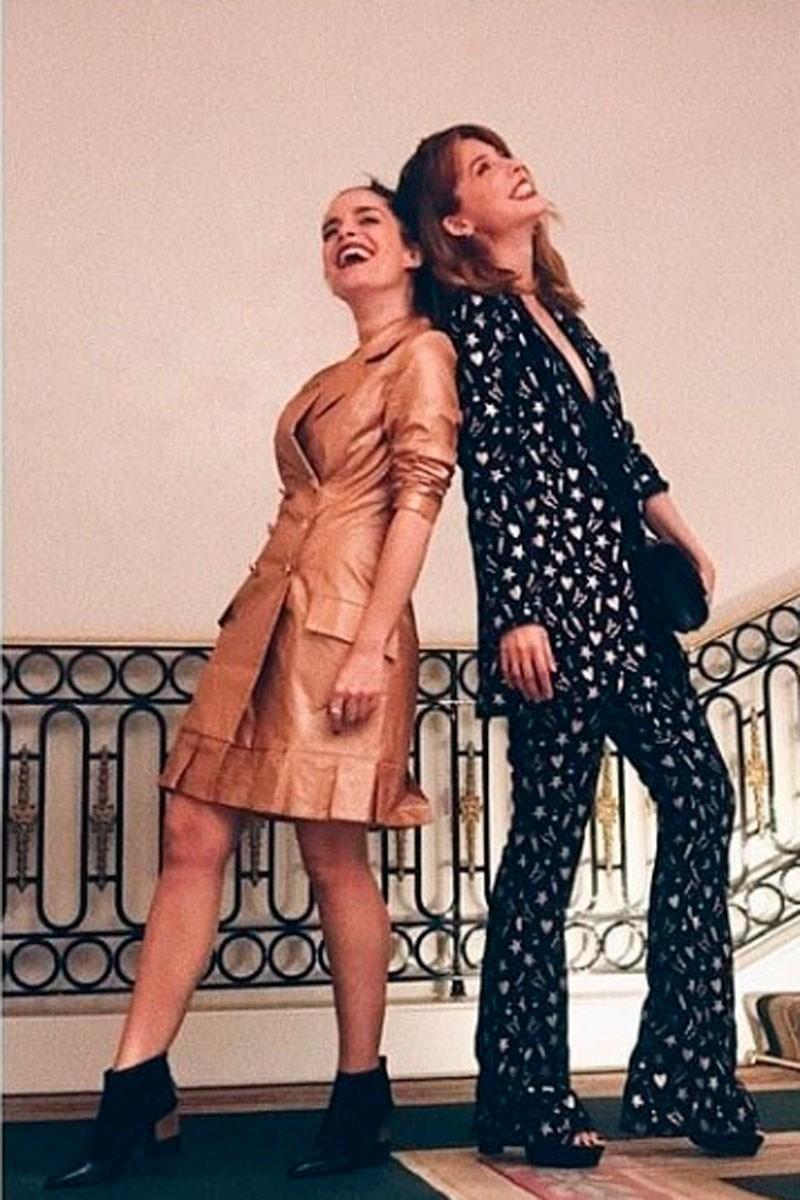 la actriz nuria gago con vestido esmoquin metalizado de apparentia junto a leticia dolera