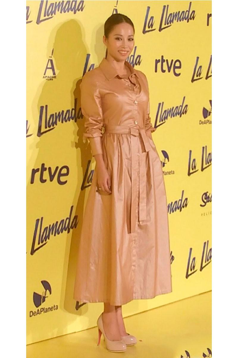 usun yoon con vestido camisero dorado rosado de apparentia