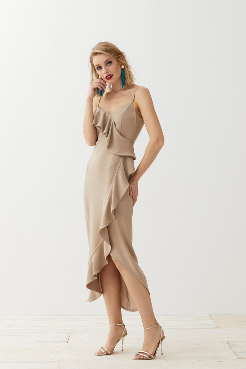 vestido midi asimetrico con volante camel para invitadas apparentia