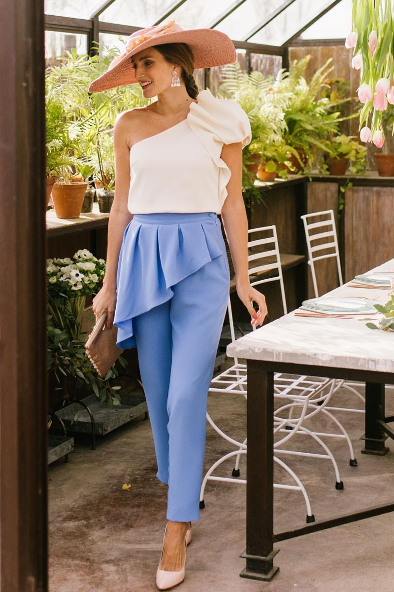 pantalon pitillo azul con top colette blanco crudo miss cavallier invitada perfecta
