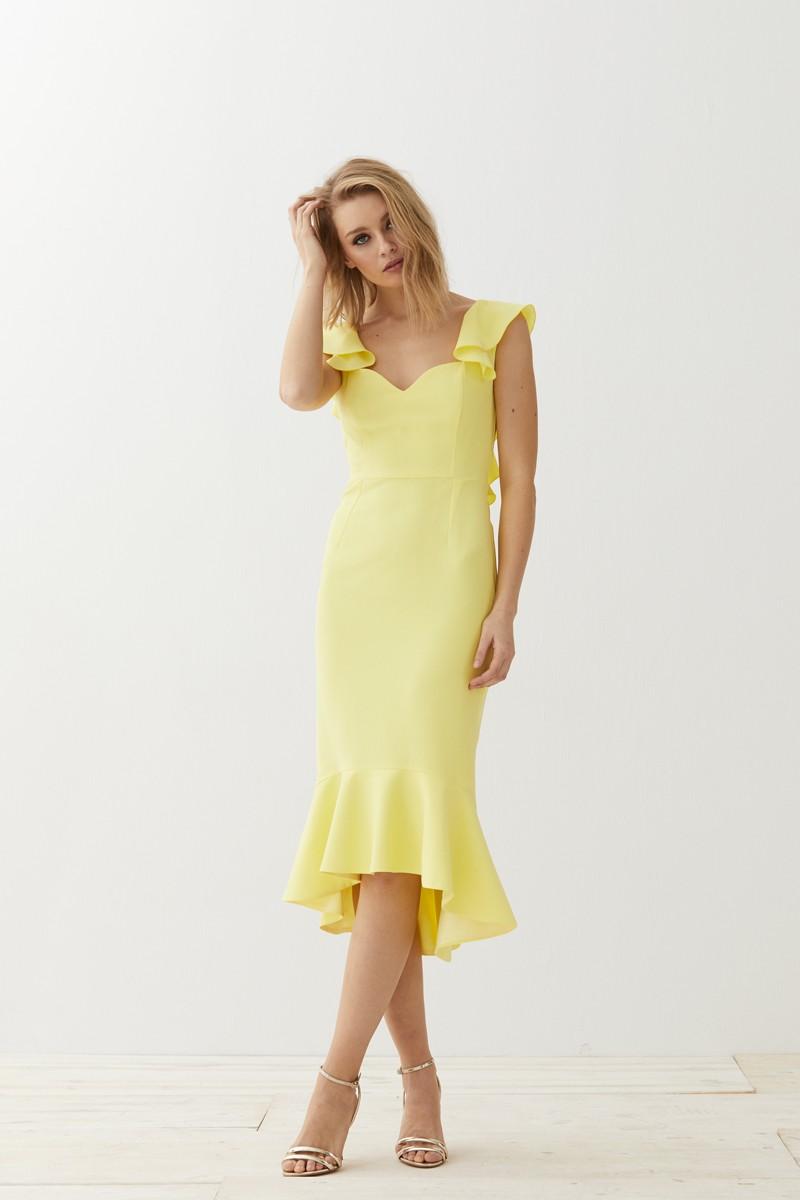 vestido corto amarillo sirena con volante de apparentia para invitadas
