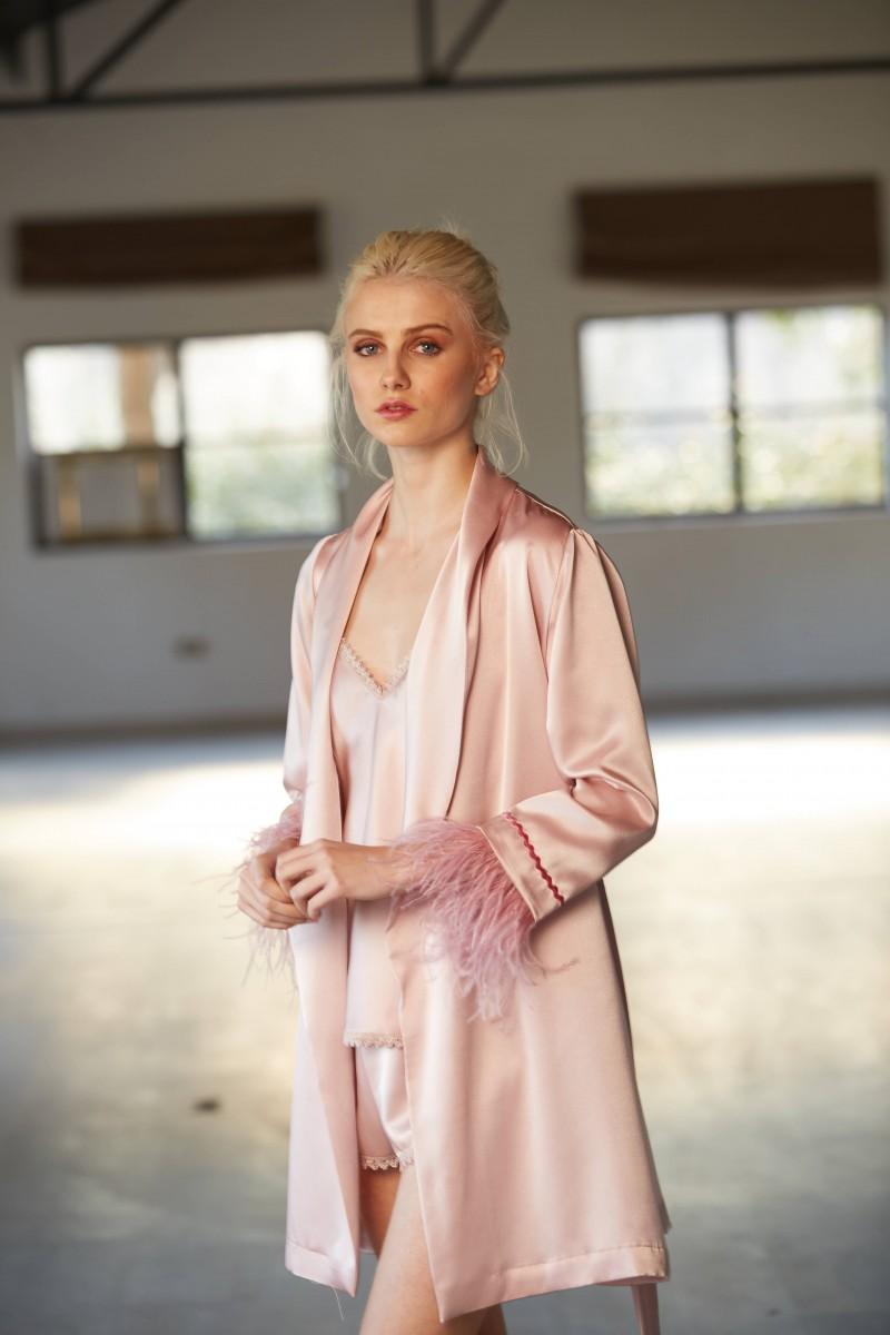 bata corta rosa con plumas y puntilla lenceria apparentia