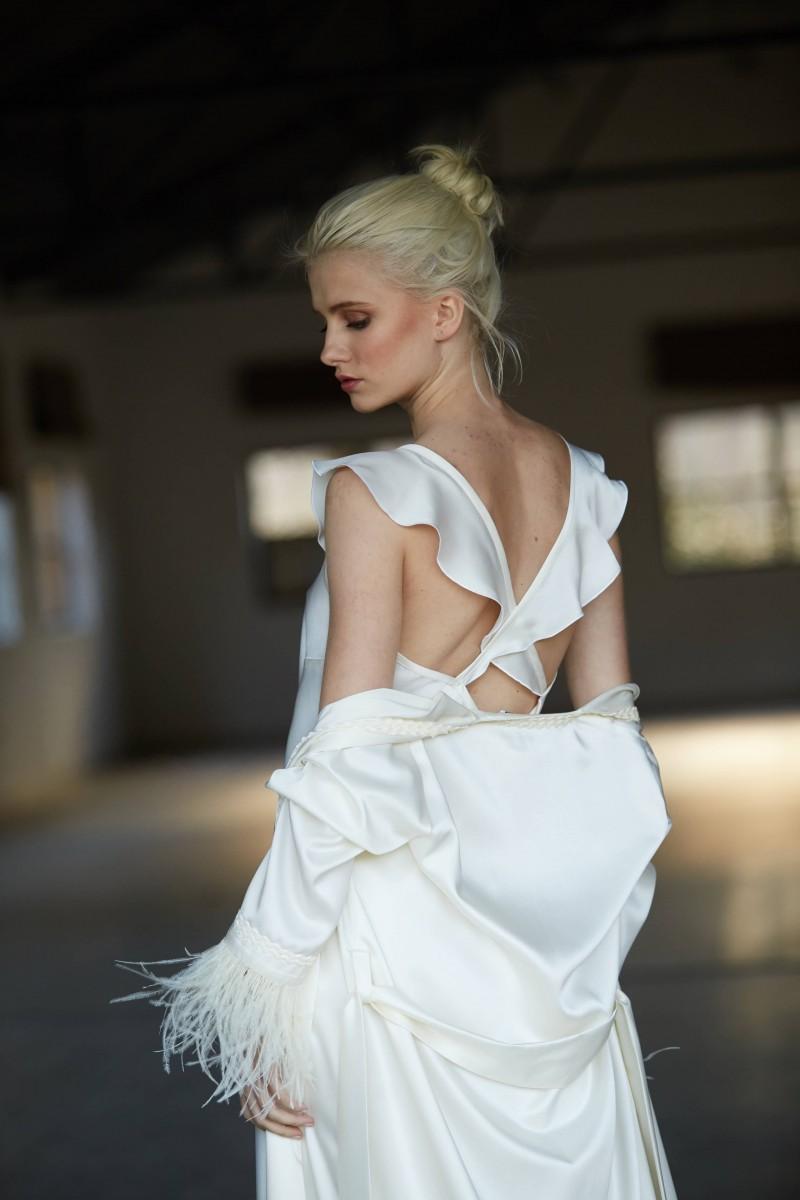 camison largo blanco con volantes en espalda cruzada