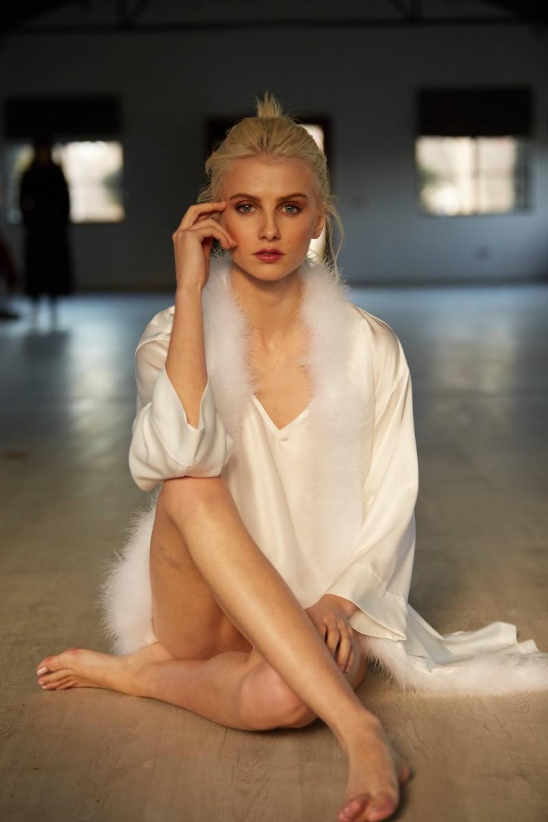 bata corta blanca con boa lenceria apparentia