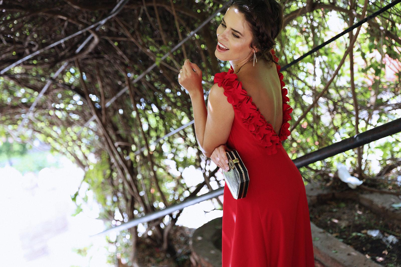 vestido rojo largo con flores rodhante de apparentia invitadas