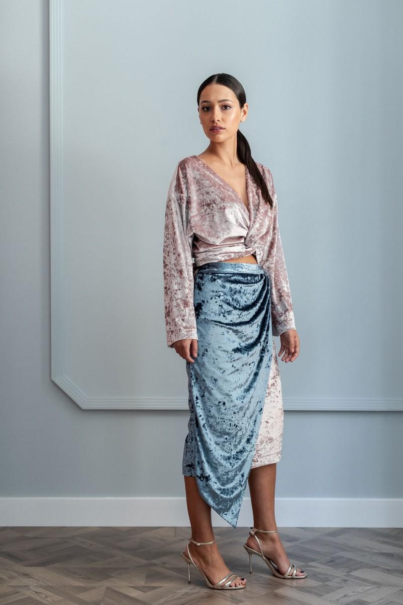 falda lapiz terciopelo gris y rosa y blusa multiposicion cruzada terciopelo rosa de apparentia