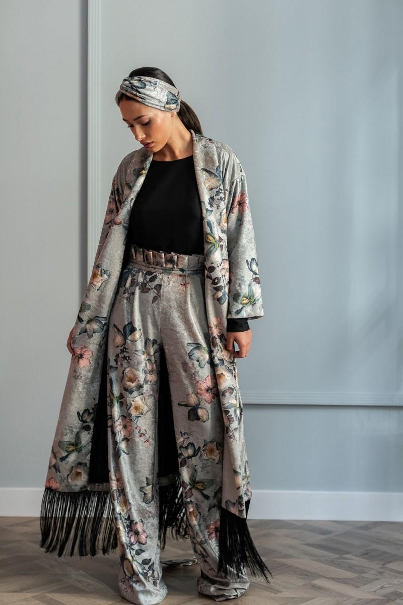 vestido kimono estampado de terciopelo con flecos palazzo estampado cinturilla fruncida y blusa negra escote espalda y turbante estampado de flores de apparentia para invitadas de boda
