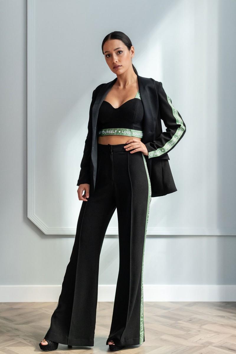 traje chaqueta y pantalon con tiras verdes letras love yourself y top corto negro de apparentia