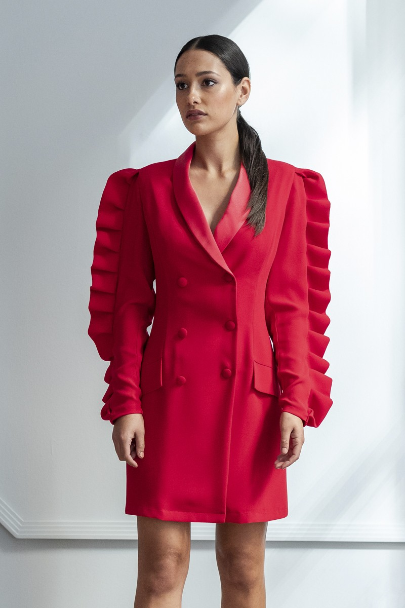 vestido corto esmoquin rojo con volantes en manga larga invitada apparentia