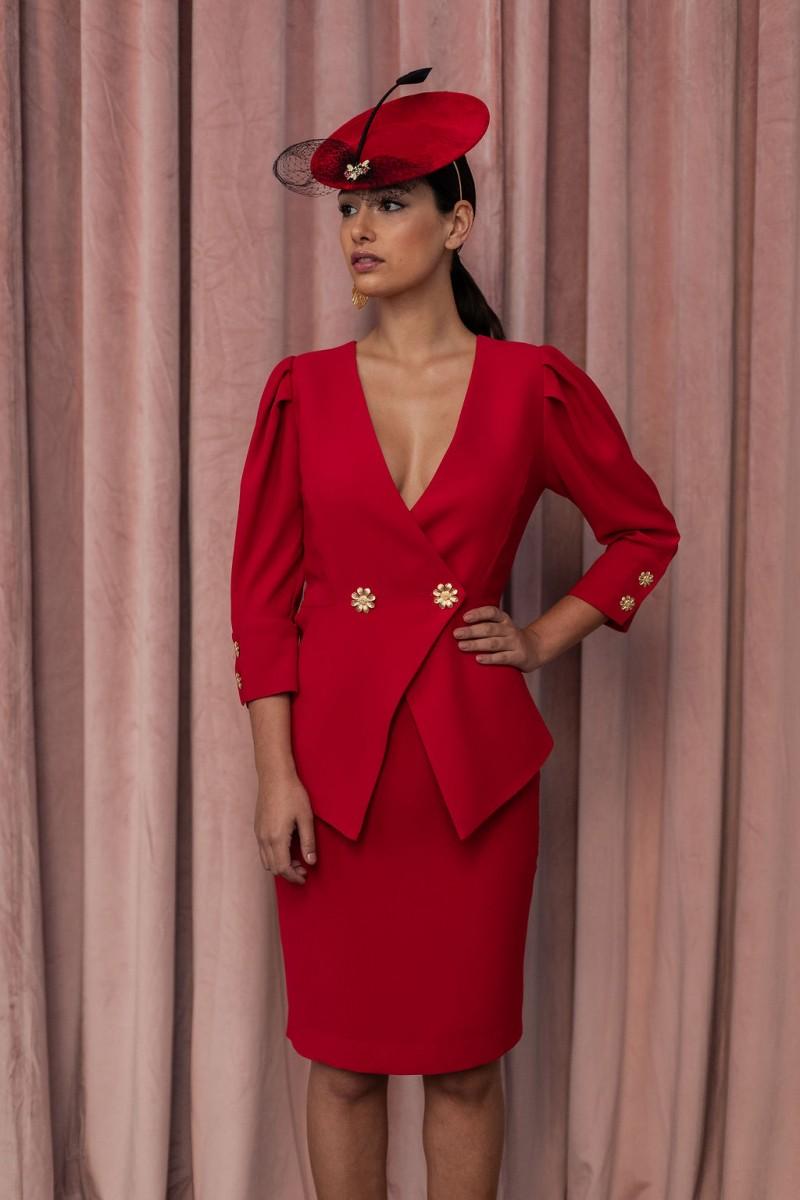 vestido corto rojo con mangas farol y botones margaritas dorados y tocado ante rojo con pluma negra