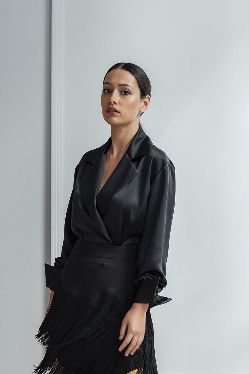camisa negra saten alyssa apparentia para fiesta con falda de flecos mostaza y negra