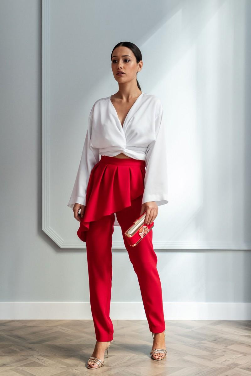 conjunto pantalon rojo pitillo con peplum blussa multiposicion saten blanca cluth dorado elefante fiesta apparentia