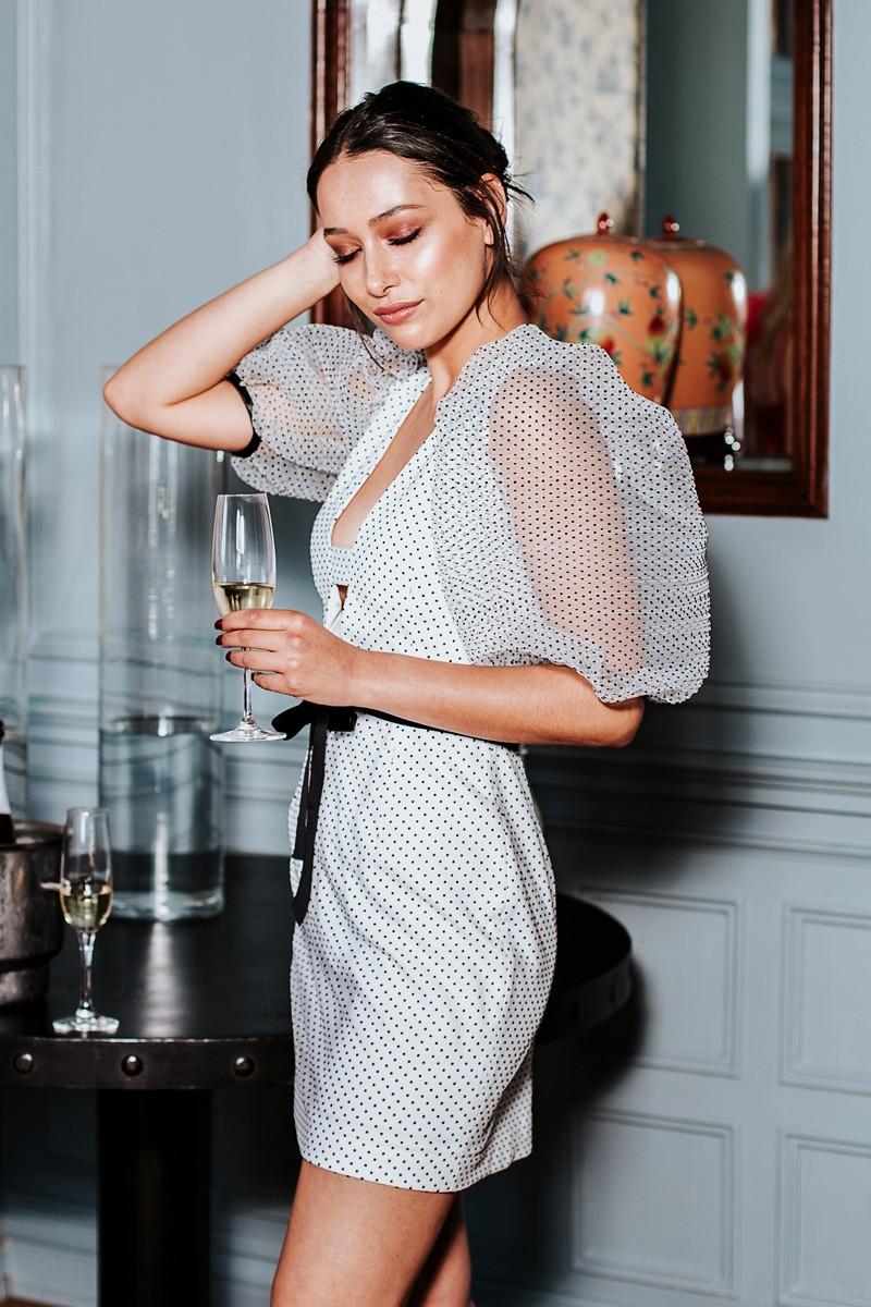 vestido corto blanco plumetti blanco lunares negros invitadas apparentia
