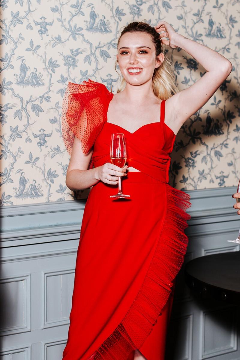 vestido midi rojo escote cruzado con plumetti invitadas apparentia