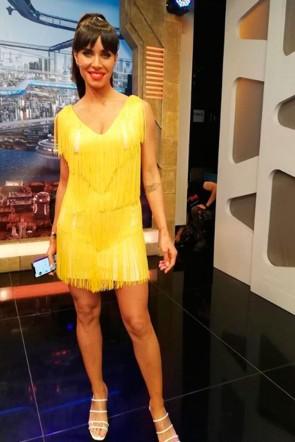 4d385ad3d la colaboradora de el hormiguero pilar rubio con vestido de flecos amarillo  de apparentia