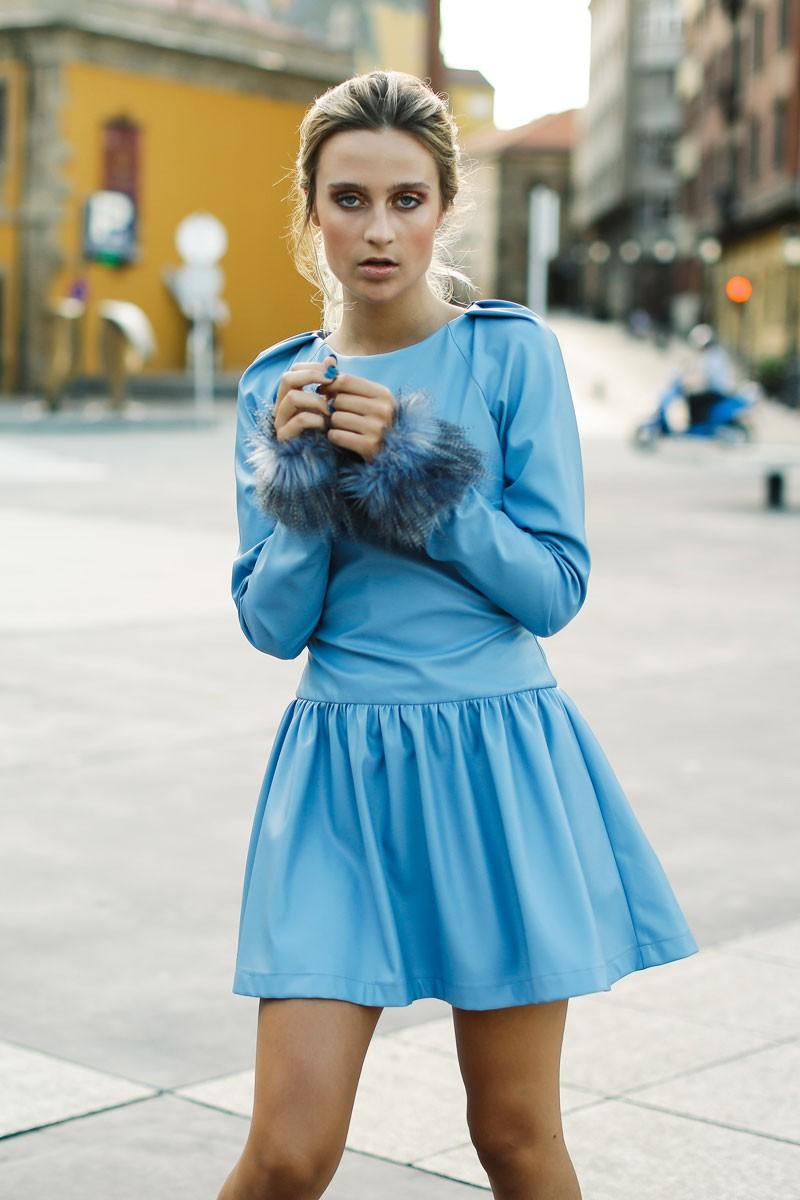 vestido azul de piel