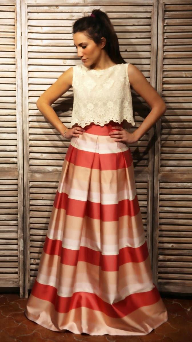 edf9a8a3fd falda larga de rayas coral y rosa de seda y top de encaje beige de laura