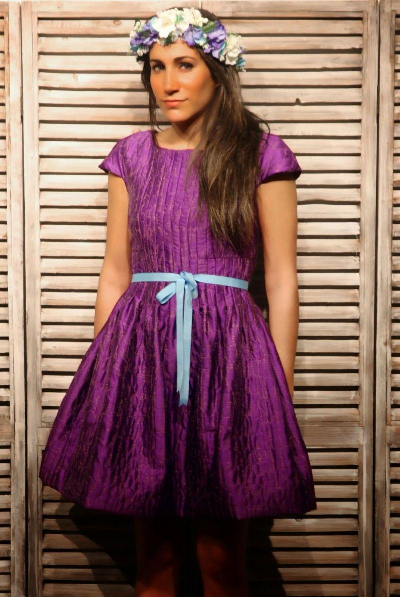 vestido corto en cloqué de seda y jaretas de color morado de